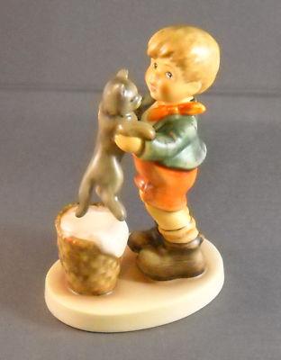 Kitty Kisses Figurine HUM2033